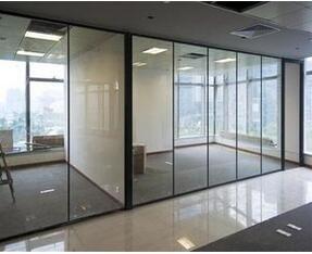 在装修中,为什么很多人选择透明玻璃隔断?