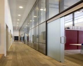 办公空间玻璃隔断装修设计四个步骤阶段