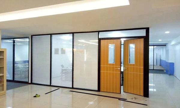 玻璃隔断用在办公室装修上的好处和施工工艺