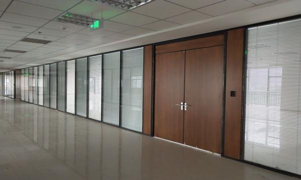 如何考虑办公室玻璃隔断装修的问题