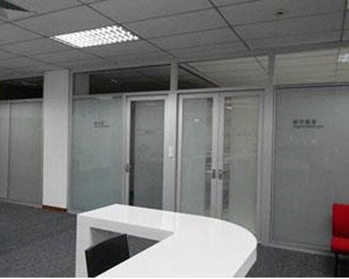 单层玻璃隔断的安装方法