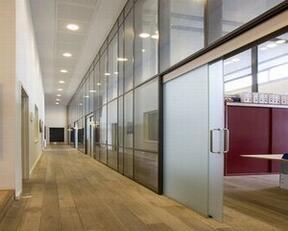 根据不同的材质,运用不同时办公室隔断墙的制作方法